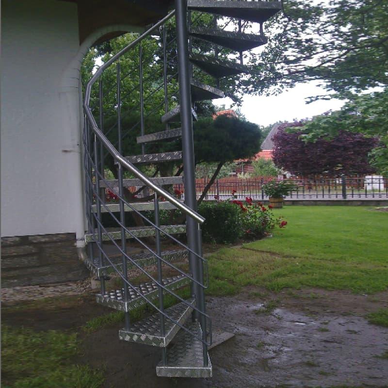 Treppe mit Aluminium Stufen und Edelstahlhandlauf